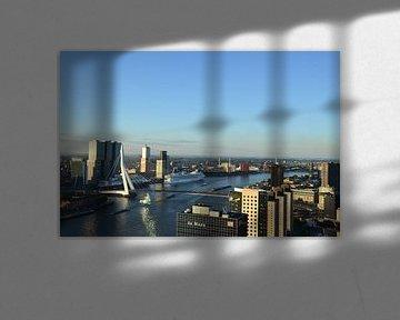MS Rotterdam aan de voet van de Rotterdam in Rotterdam van Marcel van Duinen