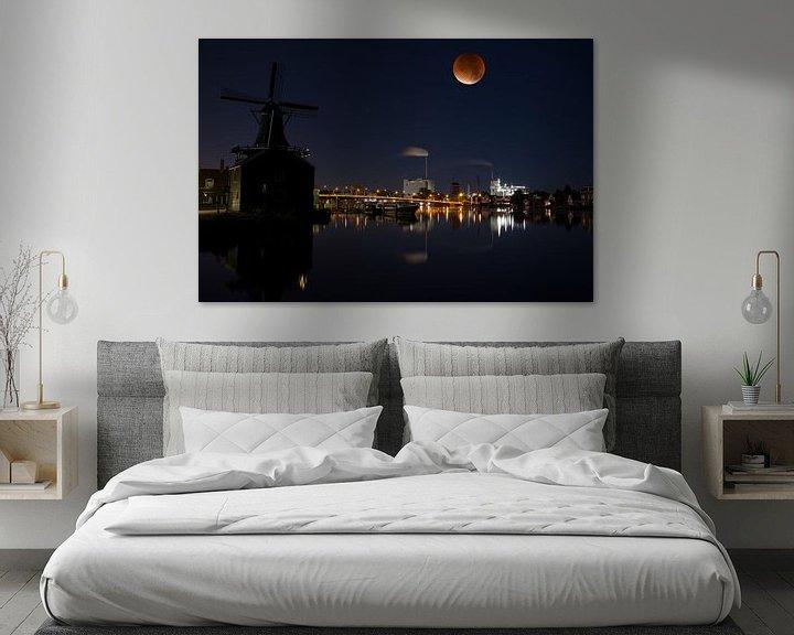 Beispiel: Blood moon over the river Zaan in Holland von Roelof Foppen