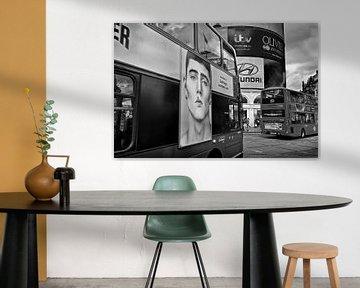 Bus bij Piccadilly Circus Londen van Peter Hofwegen