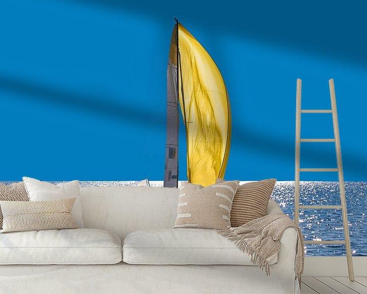 Sfeerimpressie behang: Zeilende Boot met spinakker  van Brian Morgan