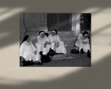 Nonnen in Assisi Italië von Isabelle Val