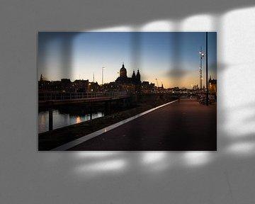 Amsterdam bij avondlicht van Hans Wijnveen