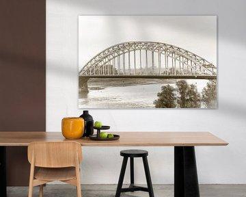 Waalbrug in Nijmegen (in sepia 2) van Fotografie Jeronimo