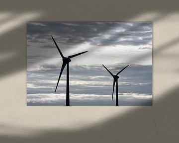 Twee windmolens grijze lucht sur Jan Brons
