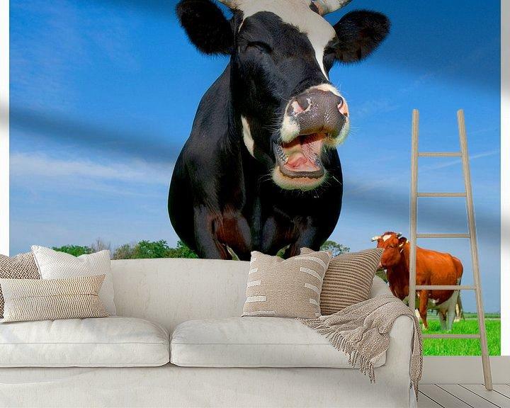 Sfeerimpressie behang: lachende koe van Mike van Bemmelen