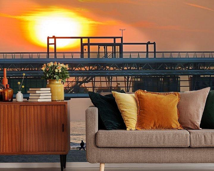 Sfeerimpressie behang: Zonsondergang bij de Pier van Scheveningen van Anton de Zeeuw