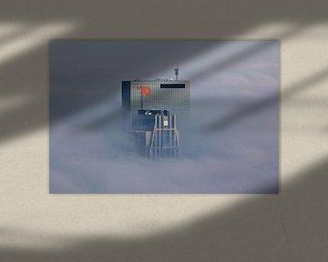 Gebäude stechen durch den Nebel in Rotterdam