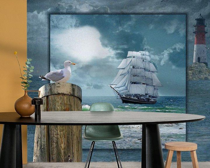 Sfeerimpressie behang: Collage met Zeilboot en de vuurtoren van Monika Jüngling