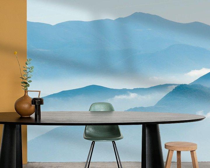 Sfeerimpressie behang: Mist en bergen van Douwe Schut