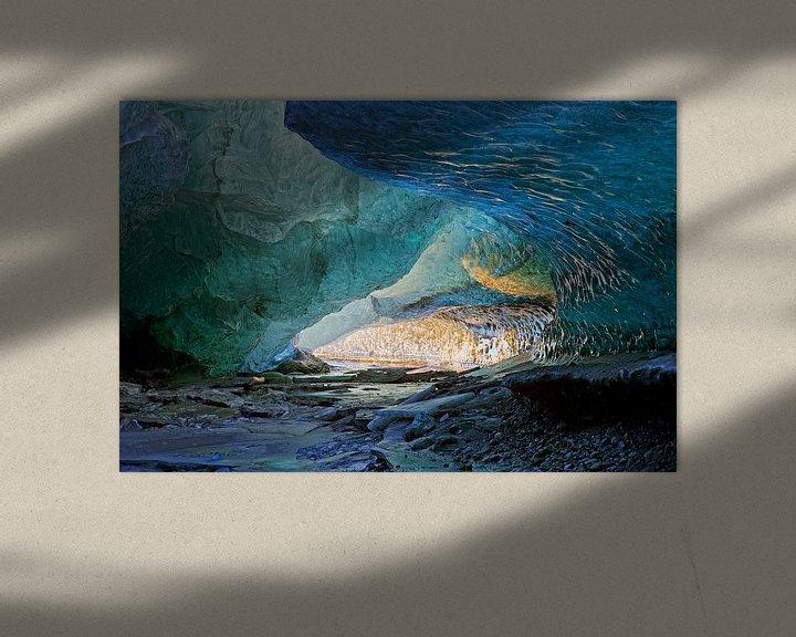 Sfeerimpressie: In een ijsgrot van een gletsjer van Anton de Zeeuw