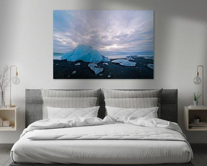 Sfeerimpressie: IJs op een zwarte strand van Jökulsárlón IJsland van Anton de Zeeuw