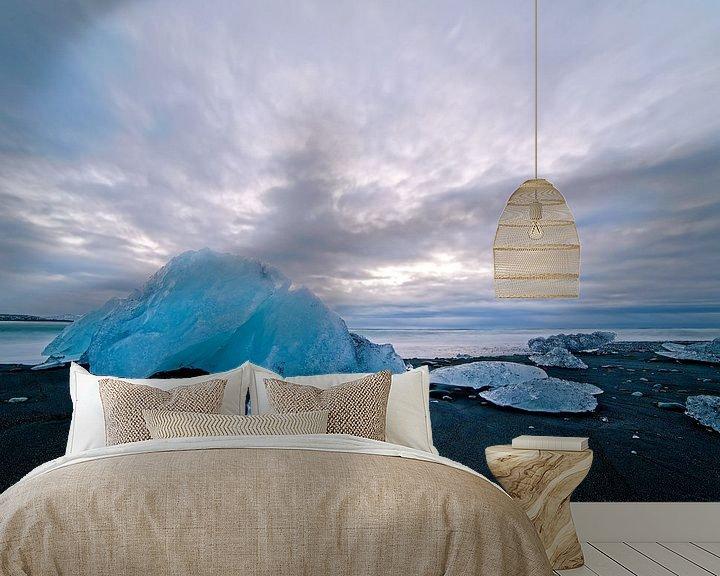 Sfeerimpressie behang: IJs op een zwarte strand van Jökulsárlón IJsland van Anton de Zeeuw
