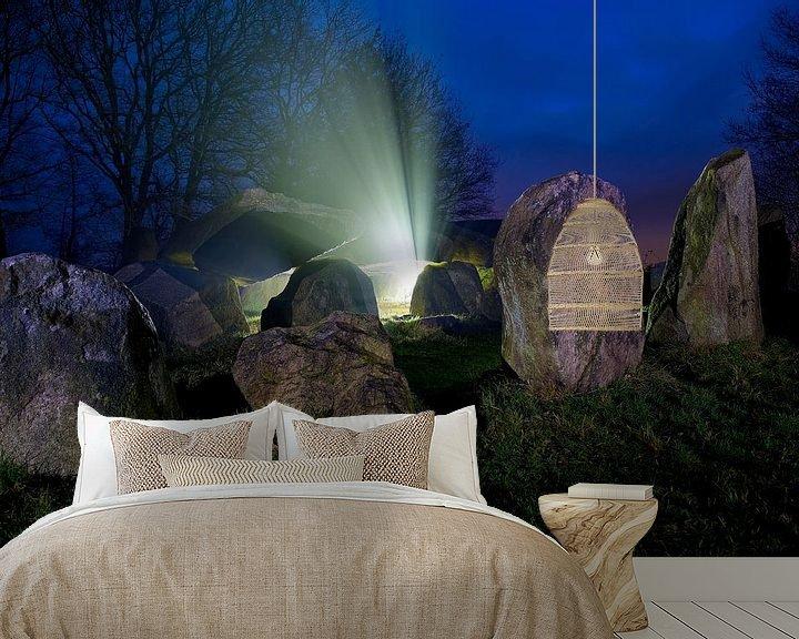 Sfeerimpressie behang: Hunebed mysterieus in de nacht van Anton de Zeeuw