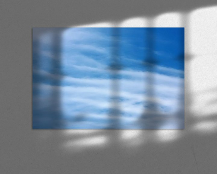 Sfeerimpressie: Blauwe lucht met witte cirrus wolken van Jan Brons