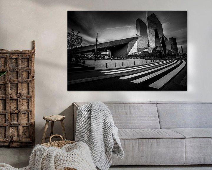 Sfeerimpressie: Centraal Station met zebrapad (zwart-wit) van Prachtig Rotterdam