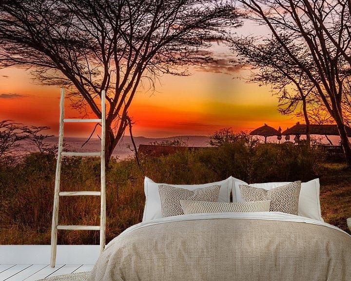 Sfeerimpressie behang: Zonsondergang in de Serengeti van René Holtslag