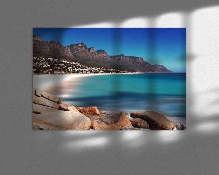 Sfeerimpressie: Strand Camps Bay in Kaapstad van Heleen van de Ven