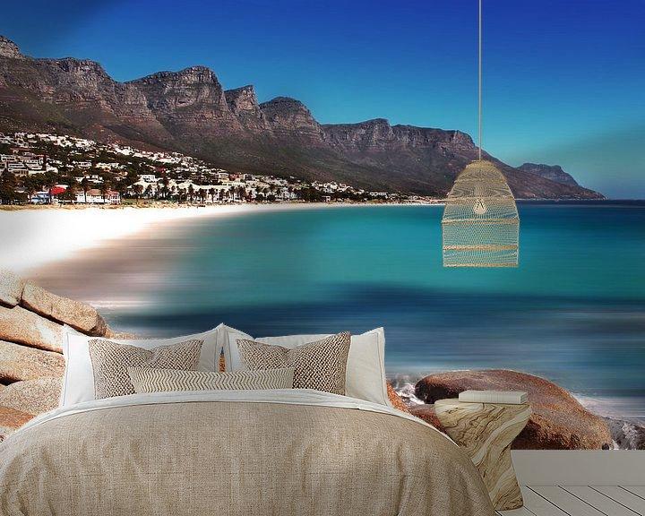 Sfeerimpressie behang: Strand Camps Bay in Kaapstad van Heleen van de Ven