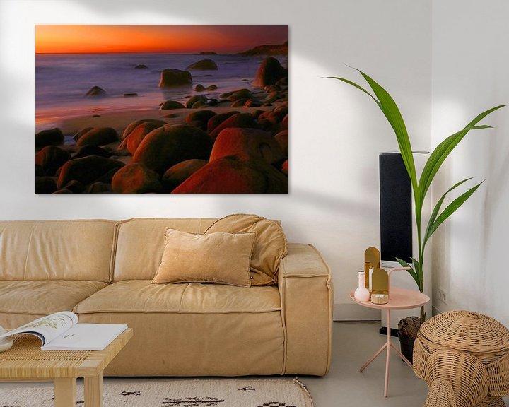 Sfeerimpressie: Kleurrijk laatste licht na zonsondergang aan de kust van Kaapstad van Heleen van de Ven