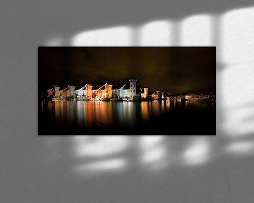 Verlichte reitdiephaven bij nacht van Iconisch Groningen