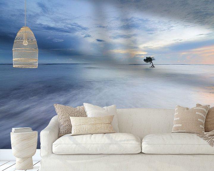 Sfeerimpressie behang: Eenzaam boompje in de zee in Bali van Jos Pannekoek