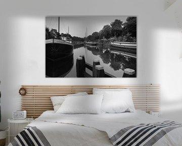Spiegelingen in het Reitdiep 2 (zwart wit) von Iconisch Groningen
