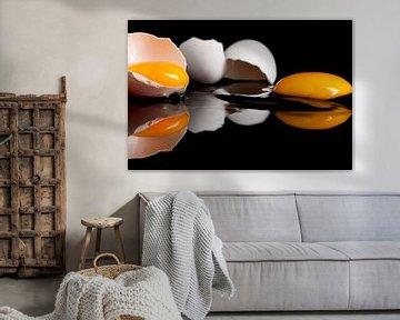 Rohe eier in einem schwarzen reflektierende platte von Henny Brouwers