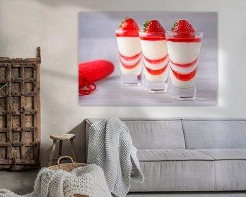3 dessertglaasjes met pannacotta en aardbeiengelei. van Henny Brouwers