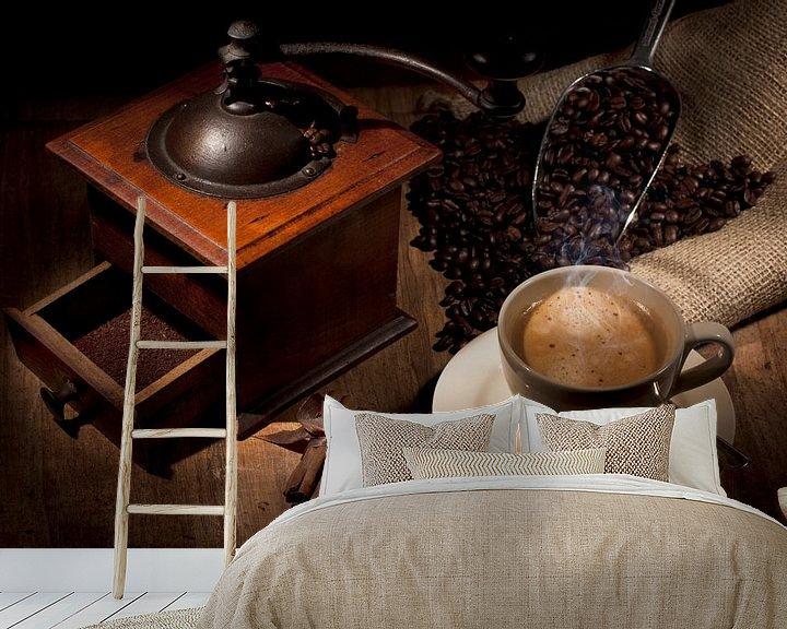 Sfeerimpressie behang: Sfeervolle plaat van koffie  van Henny Brouwers