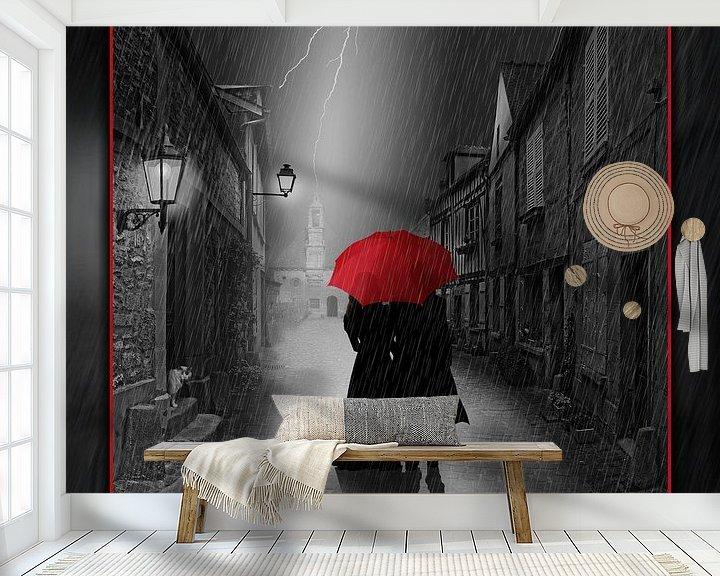 Sfeerimpressie behang: Samen onder de rode paraplu van Monika Jüngling