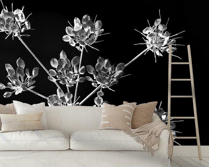 Sfeerimpressie behang:  bloemen tak zwartwit van Caroline van Sambeeck