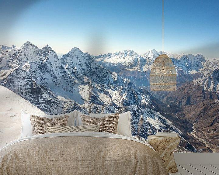 Sfeerimpressie behang: Uitzicht vanaf de top van Ama Dablam  van Thea.Photo