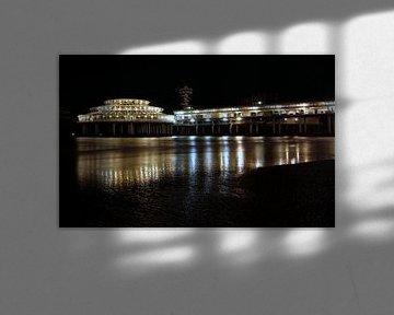 Scheveningen, de Pier in gouden gloed.  von Miranda Lodder