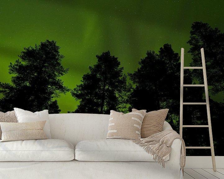Sfeerimpressie behang: Bomen tegen lucht met Noorderlicht van Caroline Piek