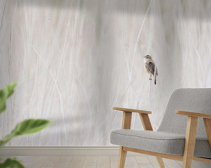 Sfeerimpressie behang: Zingende rietzanger in het riet  van Caroline Piek