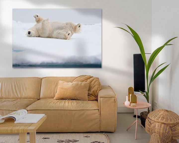 Sfeerimpressie: Ijsbeer rolt op zijn rug door sneeuw van Caroline Piek