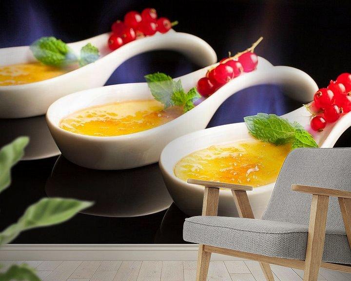Sfeerimpressie behang: Trio van crème brûlée van Henny Brouwers