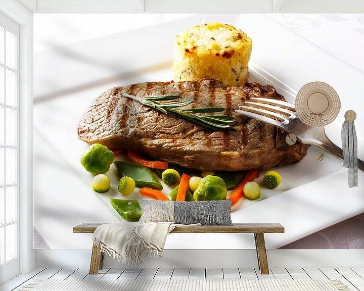Sfeerimpressie behang: Gegrilde steak  met diverse groenten en aardappelgratin van Henny Brouwers