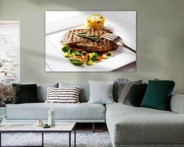 Gegrilde steak  met diverse groenten en aardappelgratin