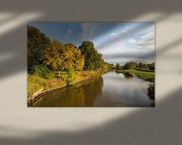Smalle Nederlandse rivier in het herfstseizoen van Ruud Morijn