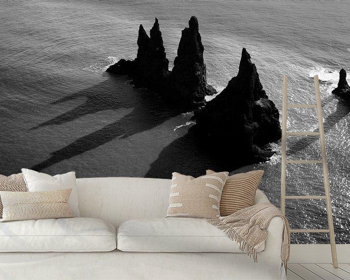Sfeerimpressie behang: Reynisdrangar, IJsland van Roel Janssen