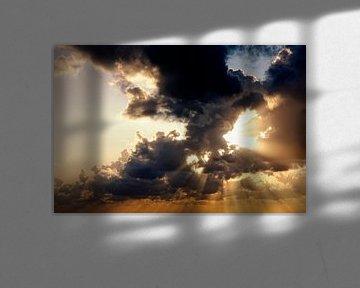 Zonnestralen door wolken van Jan Brons