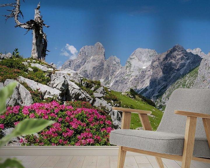 """Sfeerimpressie behang: Berglandschap """"Lente in de Bergen"""" van Coen Weesjes"""
