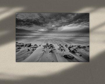 Storm op het strand 08 zwart wit van Arjen Schippers