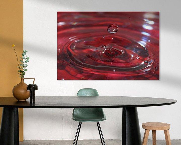 Sfeerimpressie: Kunst met water druppels Balk Friesland kleur rood van Fotografie Sybrandy
