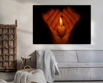 Beschermende handen om een brandende kaars von Tonko Oosterink