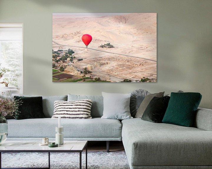 Sfeerimpressie: Rode luchtballon boven de oude tempels van Luxor, Egypte van Bart van Eijden