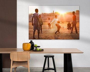 Eine Gruppe Kinder, die Fußball in Afrika spielen von Bart van Eijden