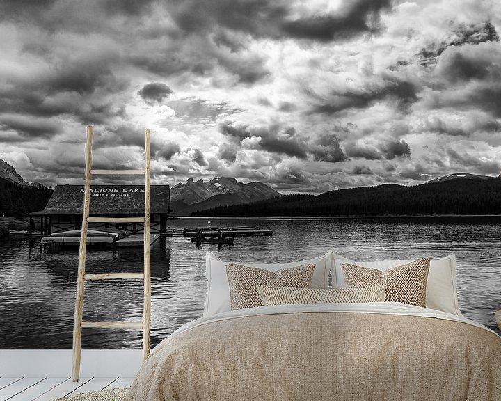 Sfeerimpressie behang: Maligne Lake Boat House van Ilya Korzelius