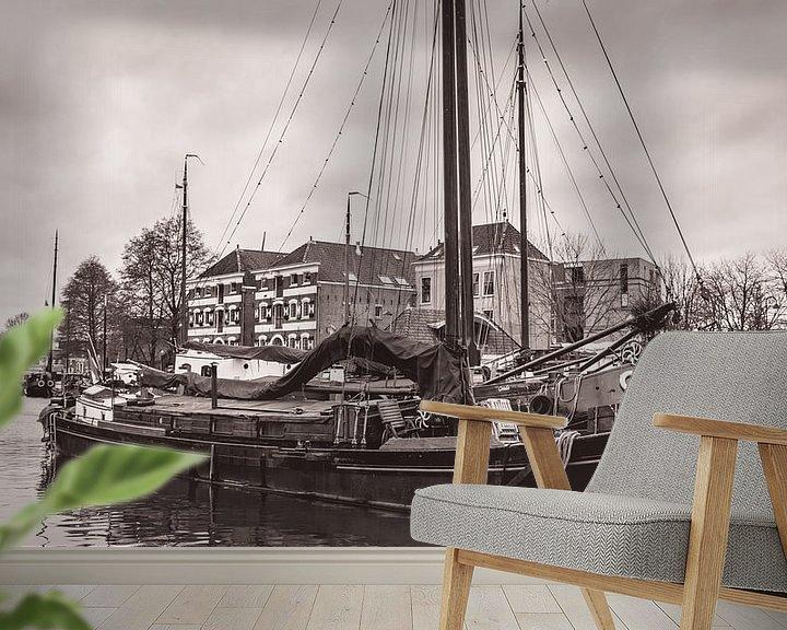 Sfeerimpressie behang: Museumhaven van Gouda in zwart wit van Hilda Weges